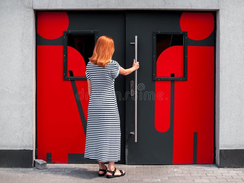 Flicka på dörren till toaletten 01 royaltyfri fotografi