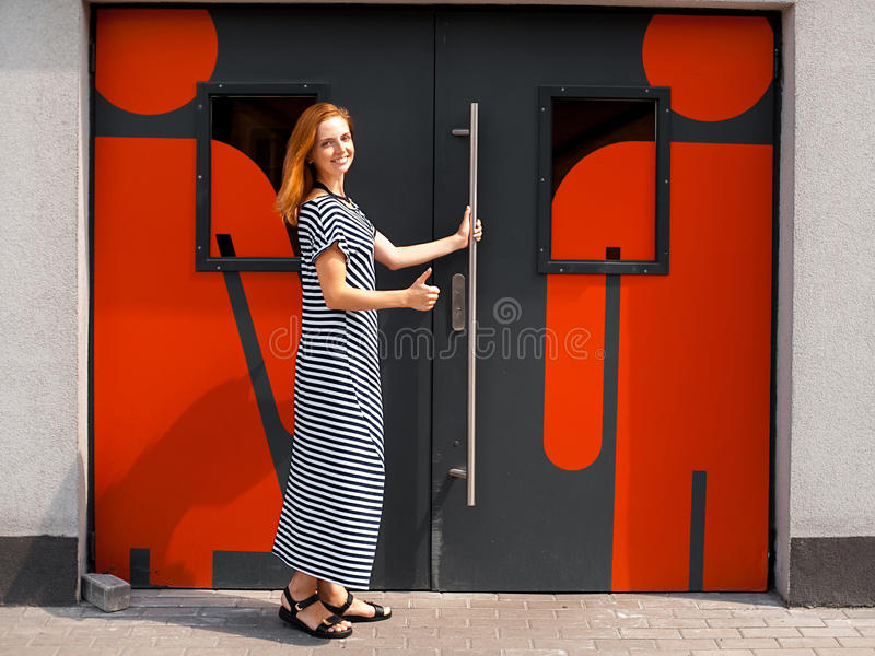 Flicka på dörren till toaletten 02 royaltyfria bilder