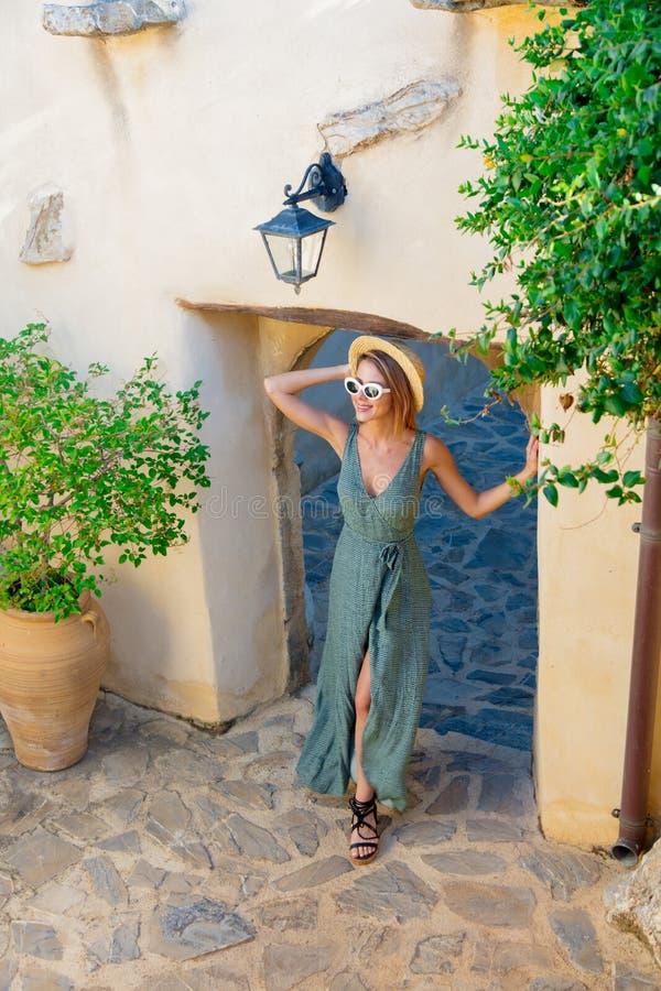 Flicka på den lilla bygatan på Kreta, Grekland fotografering för bildbyråer