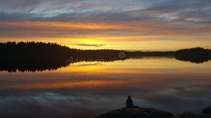 Flicka på den reflekterande sjön, Muskan royaltyfri bild