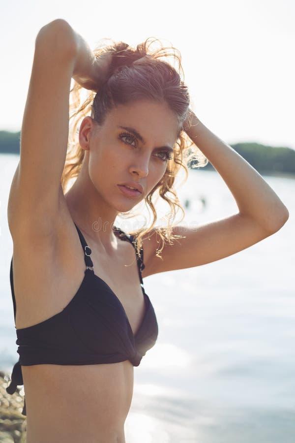 Flicka på det hållande håret för strand upp royaltyfri fotografi