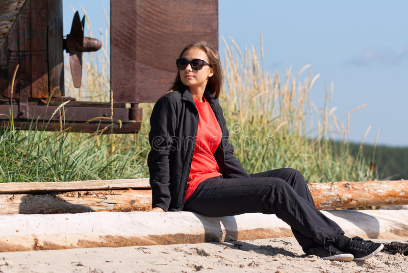 Flicka på en öde strand royaltyfri fotografi