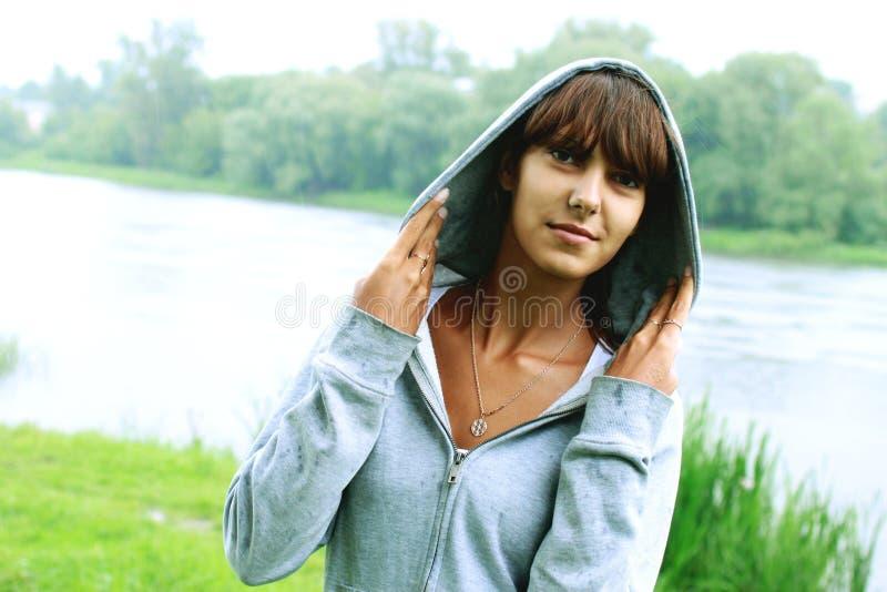 flicka på en bakgrund av naturen royaltyfri bild