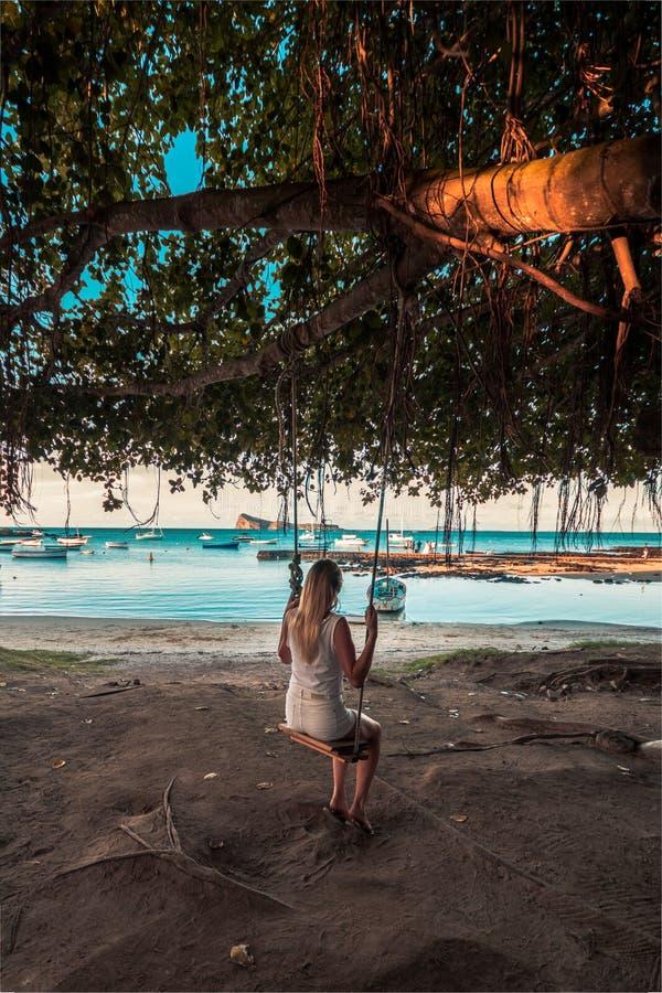 Flicka på en gunga i lockmalheureuxstrand, Mauritius arkivfoto