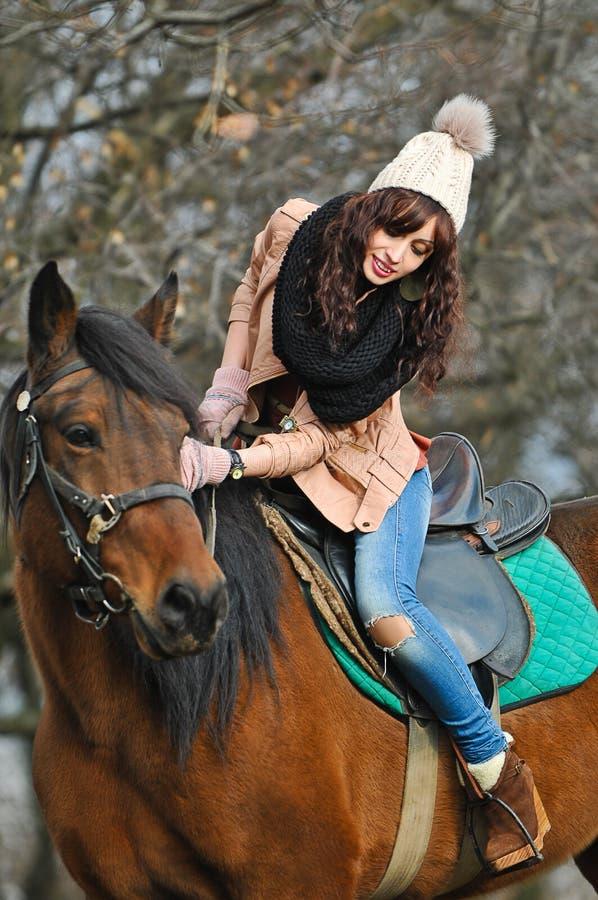 Flicka på en häst royaltyfri bild