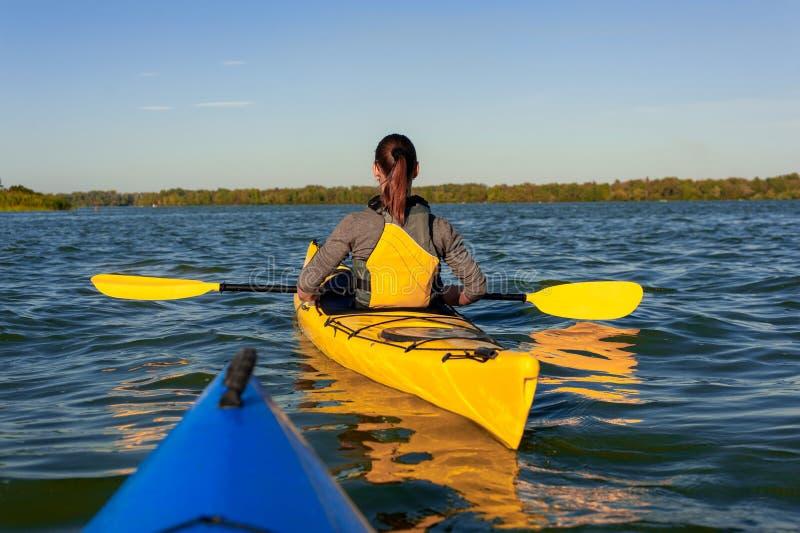 Flicka på en kajak på floden fotografering för bildbyråer