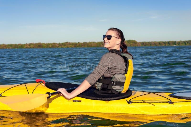 Flicka på en kajak på floden arkivbilder