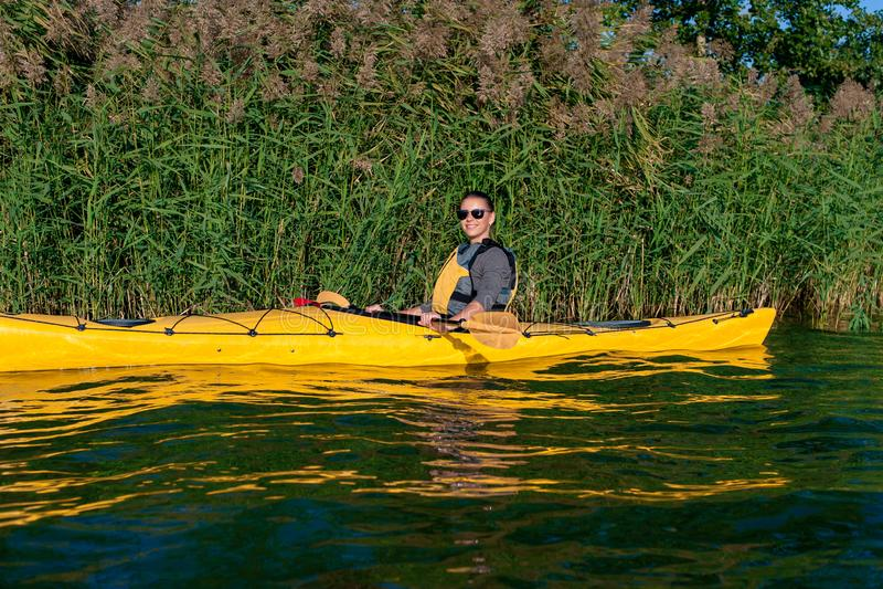 Flicka på en kajak på floden arkivfoton