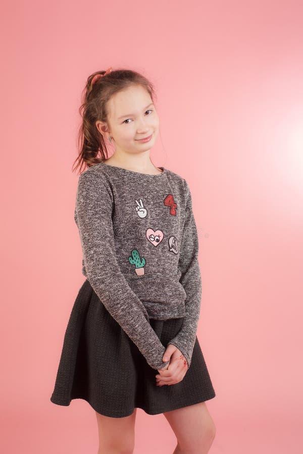 Flicka på en rosa bakgrund royaltyfri foto
