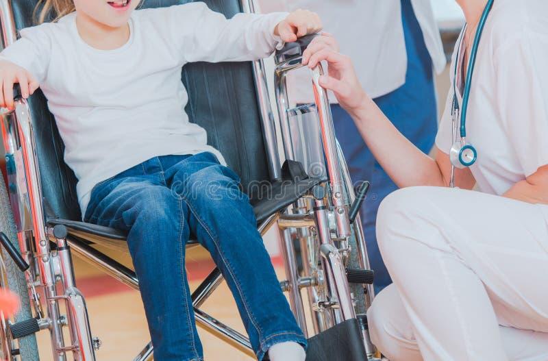 Flicka p? en rullstol i sjukhus royaltyfri foto