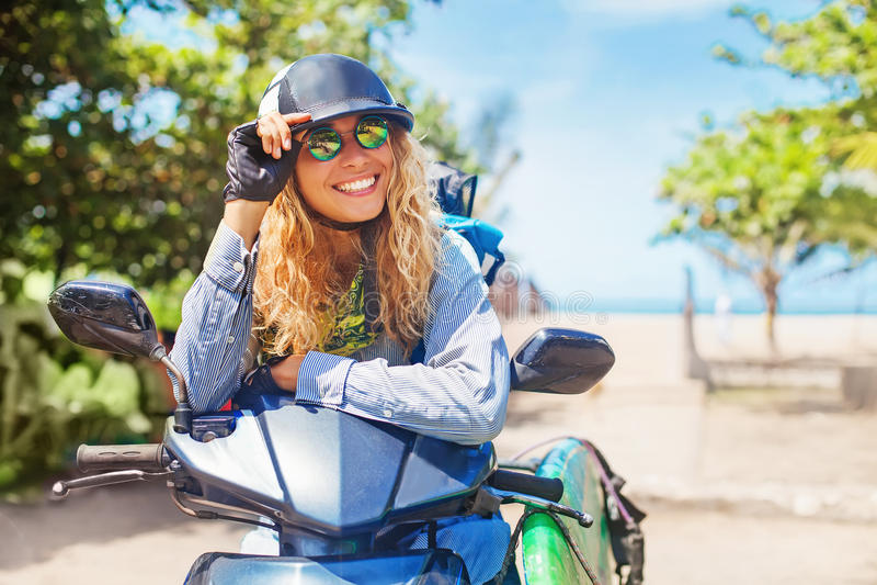 Flicka på en sparkcykel arkivbild