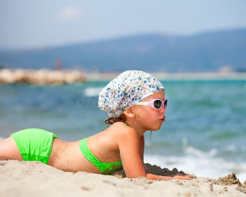 Flicka på en strand arkivbild
