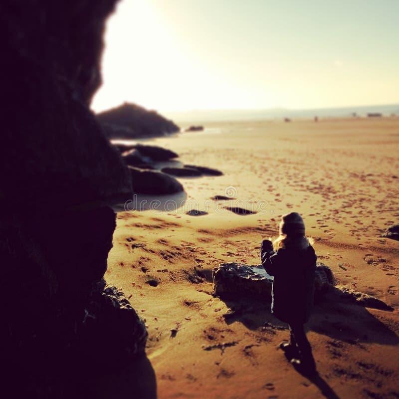 Flicka på en strand royaltyfri fotografi