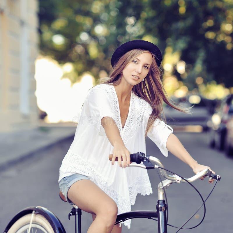 Flicka på en tappningcykel arkivfoto