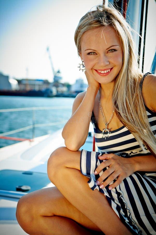 Flicka på en yacht arkivfoto