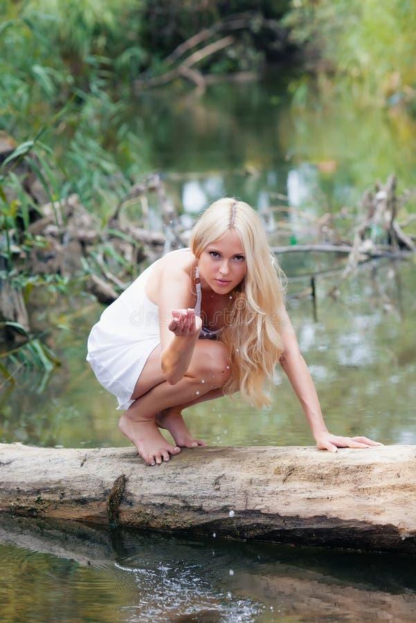 Flicka på floden arkivfoto