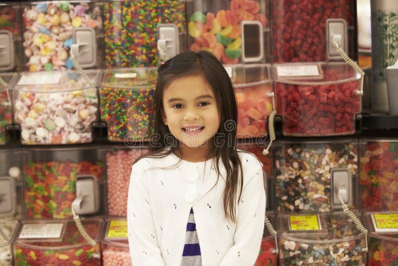 Flicka på godisräknaren i supermarket fotografering för bildbyråer