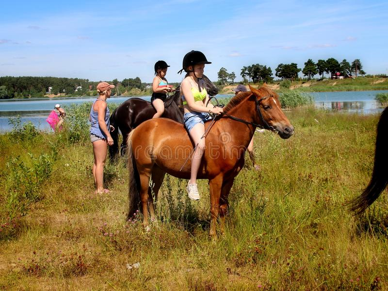 Flicka på hästrygg Efter ett bad i sjön fotografering för bildbyråer