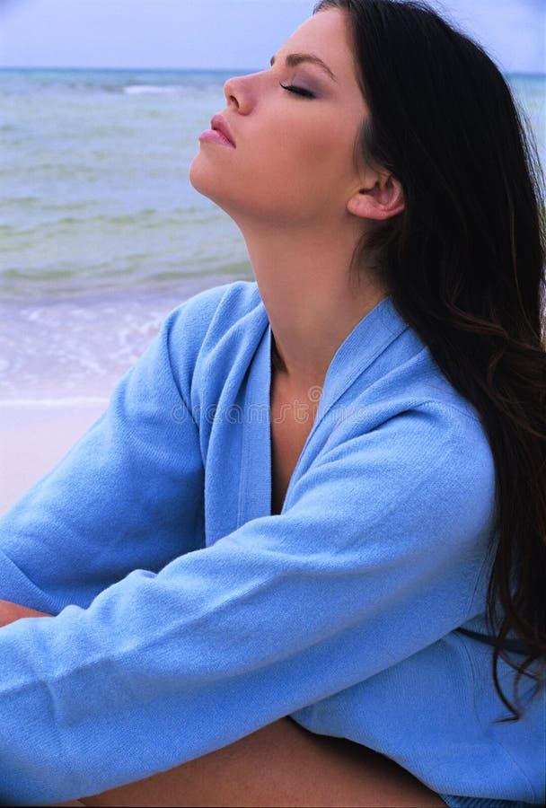 Flicka på havet royaltyfri foto