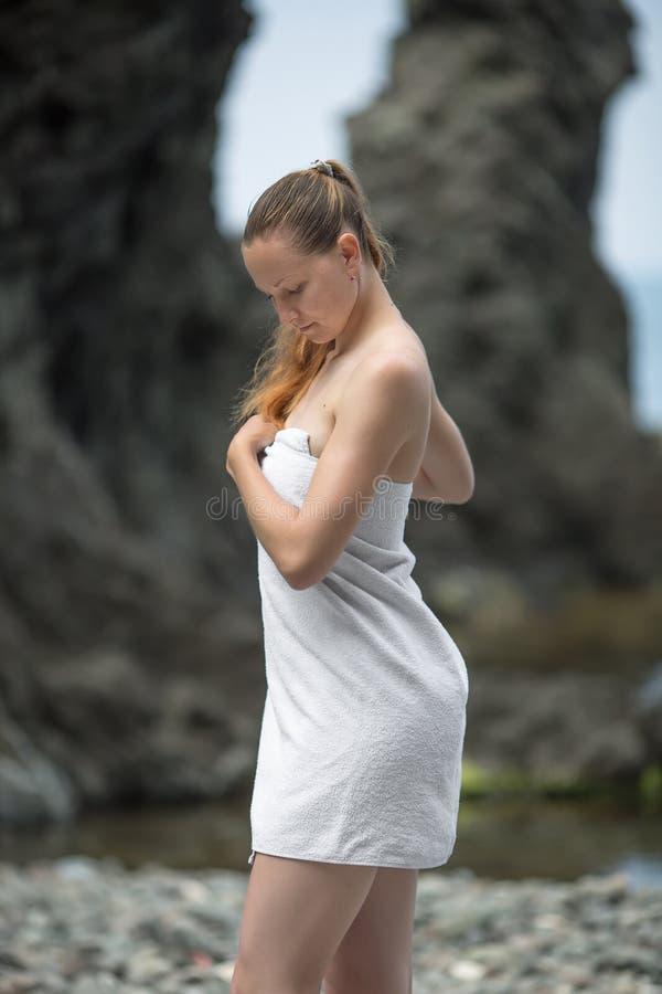 Flicka på havet arkivfoto