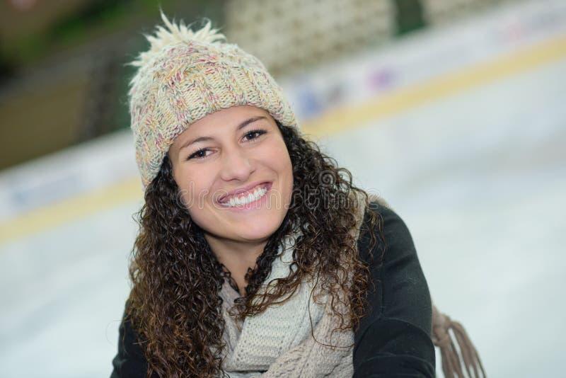 Flicka på isisbanan fotografering för bildbyråer