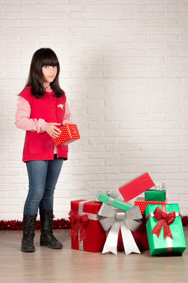 Flicka på jul med gåvaaskar royaltyfria foton