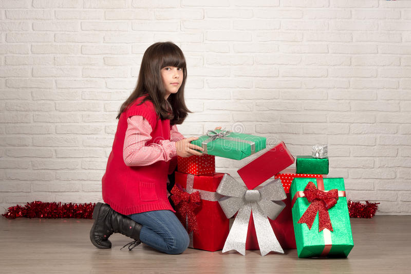Flicka på jul med gåvaaskar royaltyfri foto