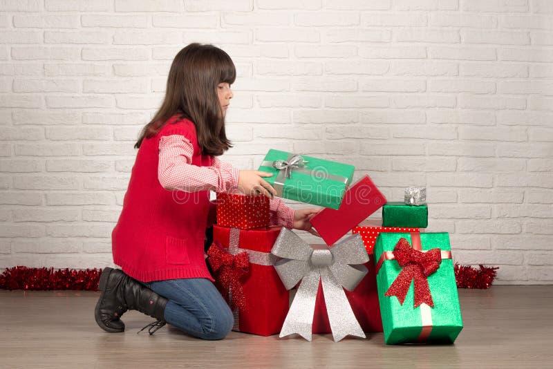 Flicka på jul med gåvaaskar royaltyfri fotografi