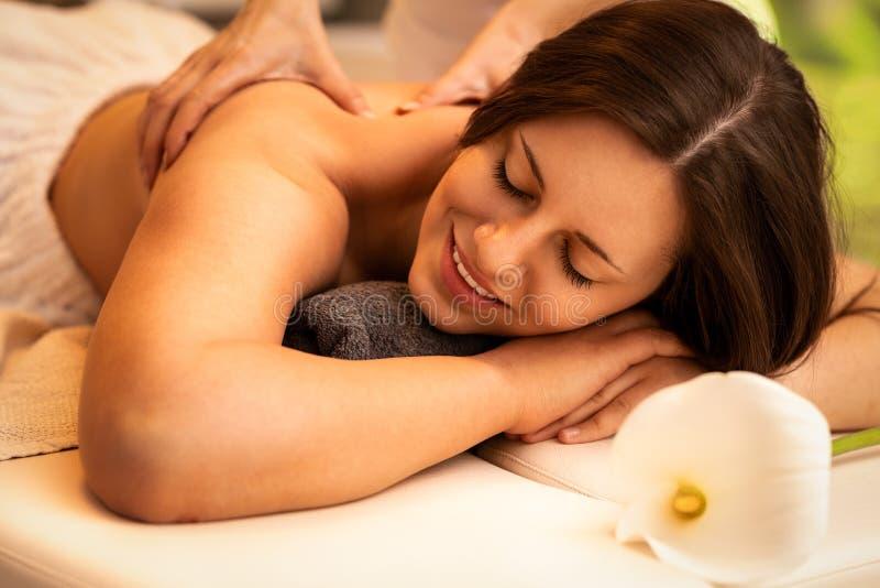 Flicka på massage i brunnsortsalongen arkivfoton