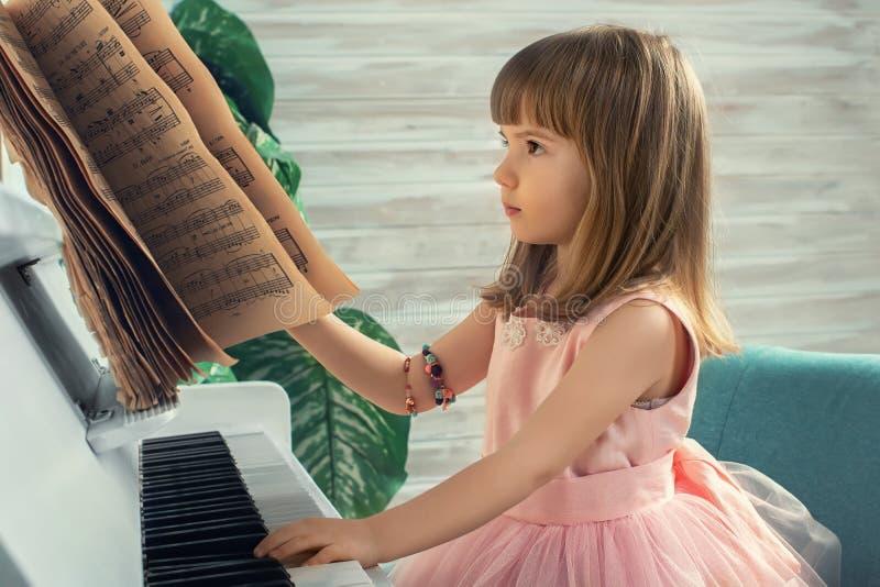 Flicka på pianot royaltyfri bild