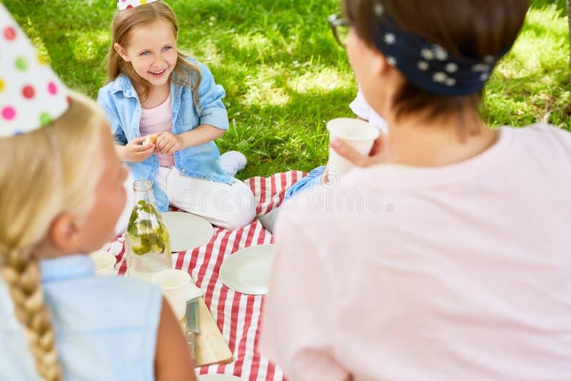 Flicka på picknicken arkivfoto