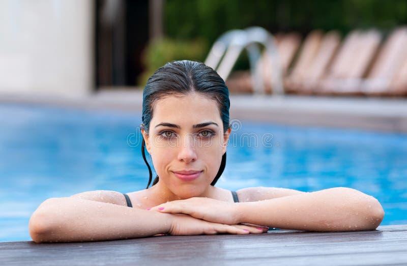Flicka på poolsiden fotografering för bildbyråer