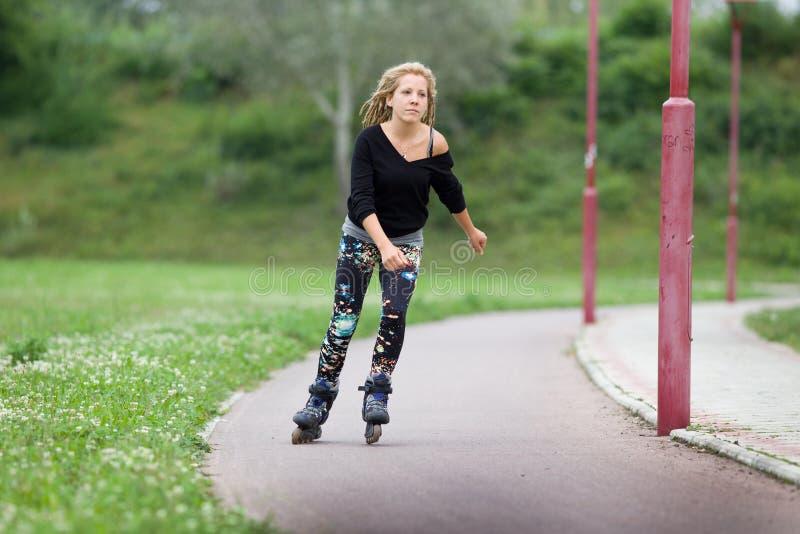 Flicka på rullskridskor fotografering för bildbyråer