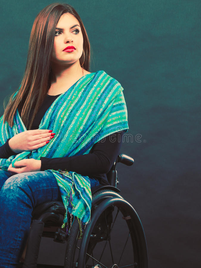 Flicka på rullstolen royaltyfri bild