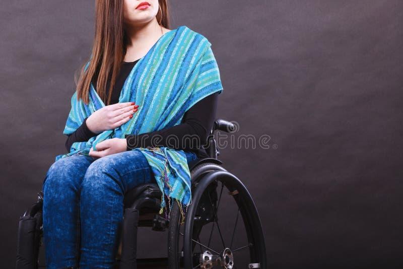 Flicka på rullstolen royaltyfri foto