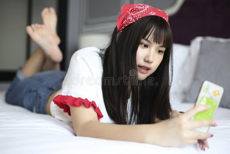 Flicka på säng och taselfie royaltyfri foto