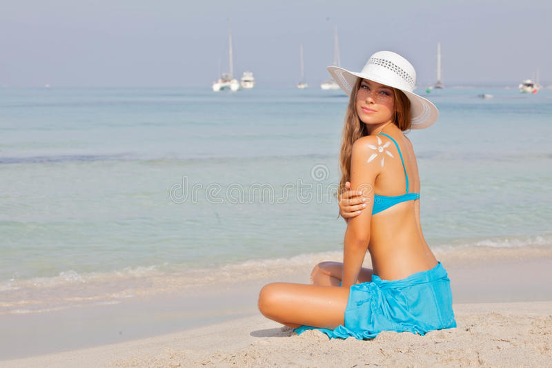 Flicka på semester eller ferie i Mallorca Spanien fotografering för bildbyråer