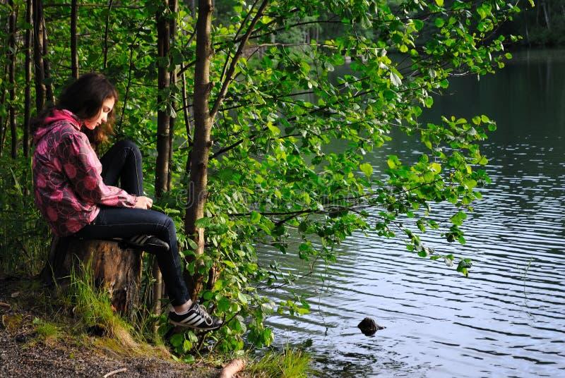 Flicka på sjön arkivfoto