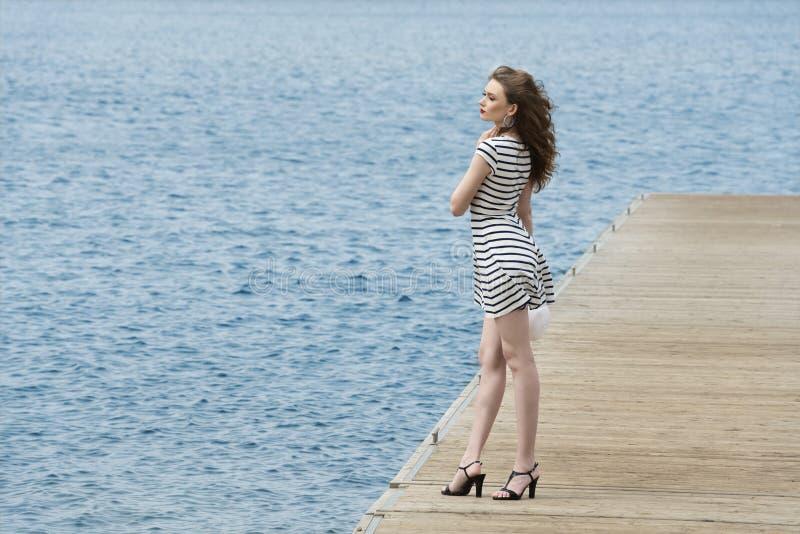 Flicka på sjösidan arkivfoton