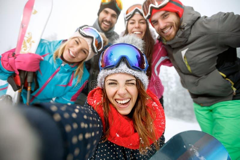 Flicka på skidåkning med gruppen av vänner arkivbilder