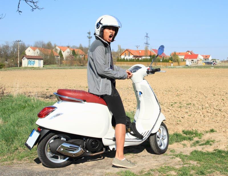 Flicka på sparkcykeln royaltyfria foton