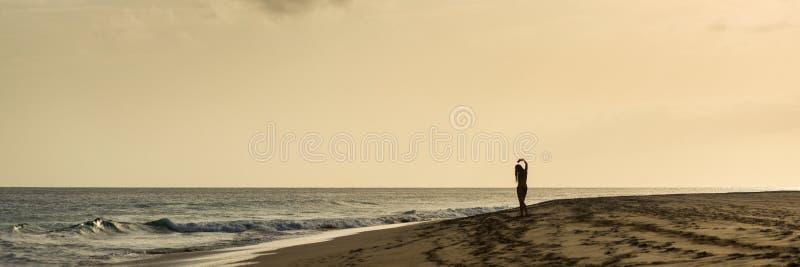 Flicka på stranden, panorama arkivbilder