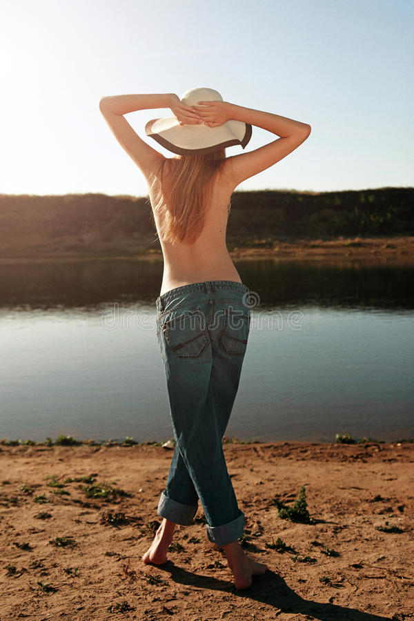 Flicka på stranden Seminude flicka royaltyfri fotografi