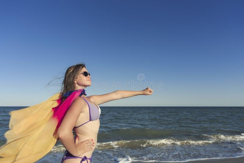 Flicka på stranden som tycker om en ferie på havet royaltyfria foton