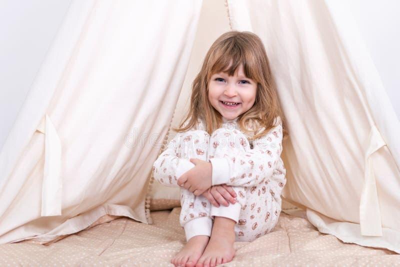 Flicka på tältet fotografering för bildbyråer