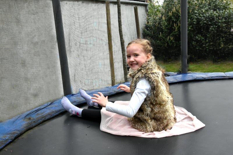 Flicka på trampolinen arkivfoto