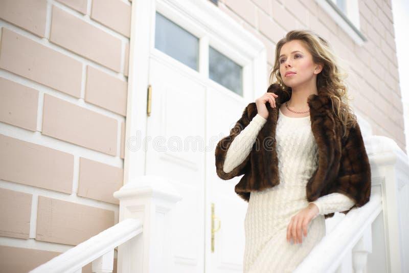 Flicka på trappan arkivbild