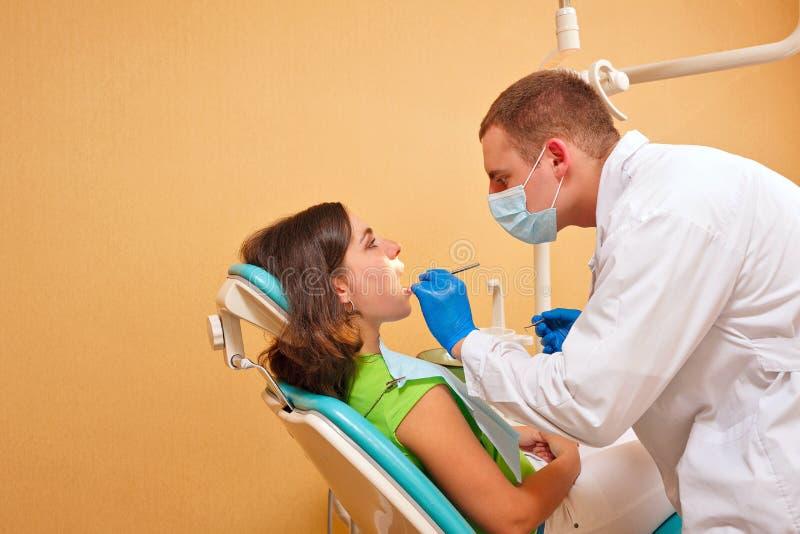 Flicka på undersökning på tandläkaren royaltyfri bild