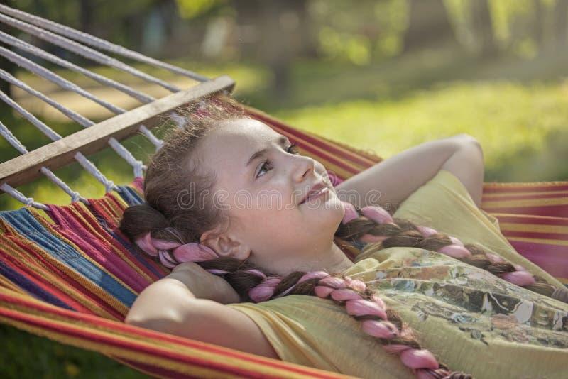 Flicka p? sommarsemester royaltyfri foto