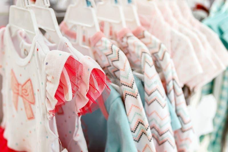 Flicka` s klär i ett lager royaltyfria bilder